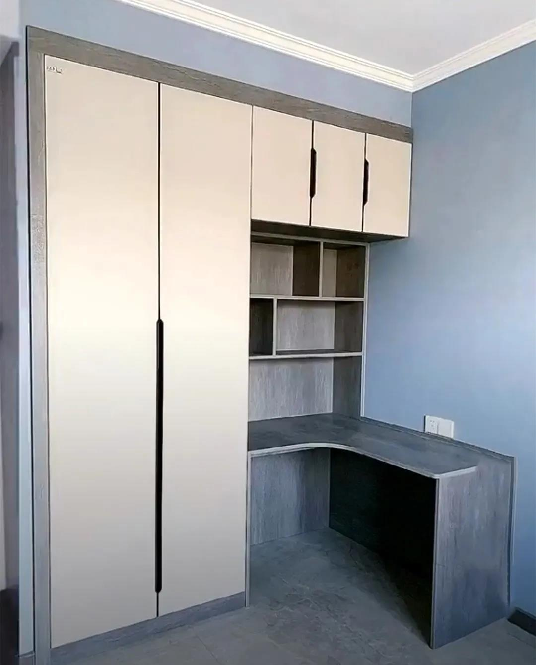 衣柜靠墙处掏个洞,装个半内嵌的转角书桌,小户型这么设计省空间