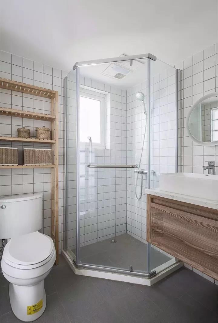 迷你的小户型卫生间,可以用这些来做干湿分离,简单有效