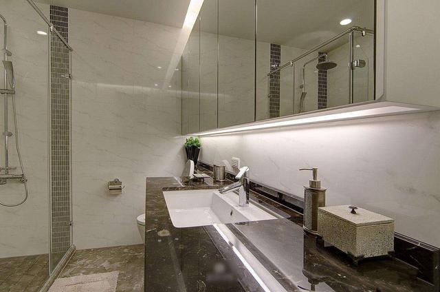 卫生间的镜子选择别太随意,最好带上这三种功能,来看下吧!