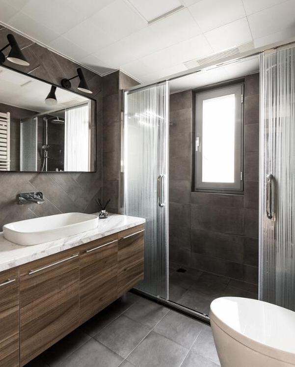 卫生间太小如何改造 这4个巧妙设计让空间整整大1倍