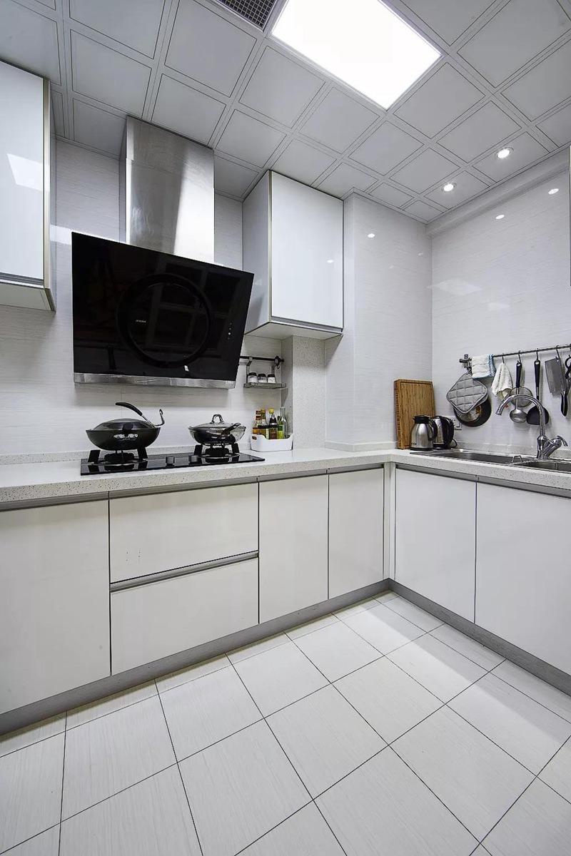 厨房不用太复杂,简单的配色,足够的橱柜,就够了