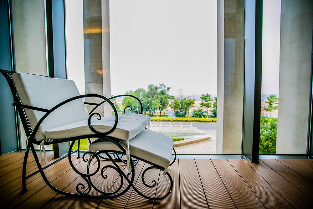 鄂州装饰公司:阳台还在装推拉门?这样客厅面积增大了一倍