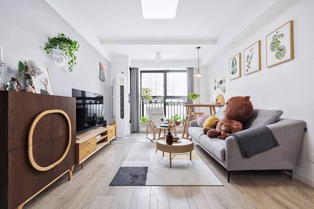 新房客厅地面装修用地板好还是瓷砖好?