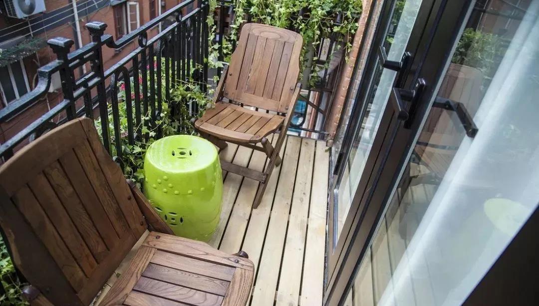 越来越多人阳台不铺瓷砖,如今用它来代替,太聪明了