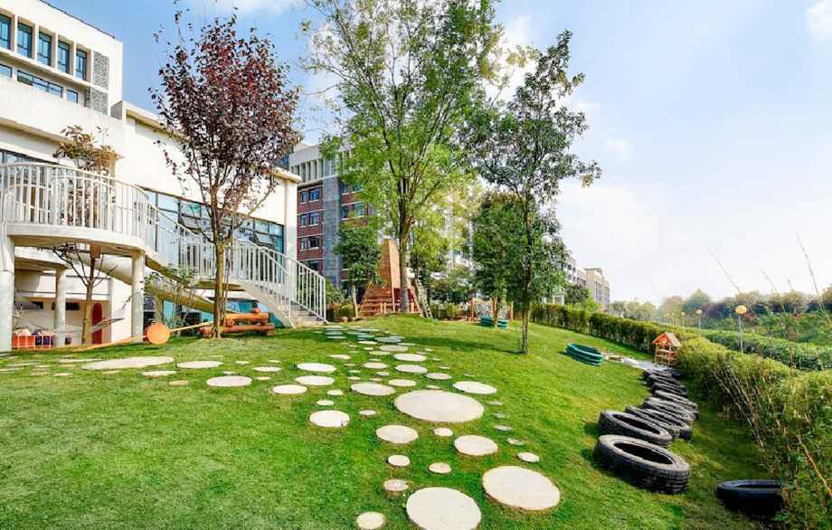 现代木质曲线幼儿园
