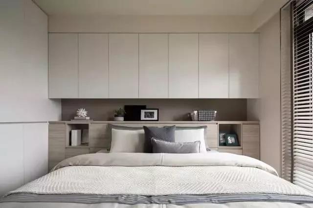 床头背景墙用来做收纳,太实用了!