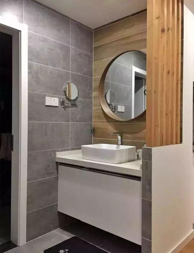 洗手盆装在卫生间门外,隔断这样装,通透又大方!